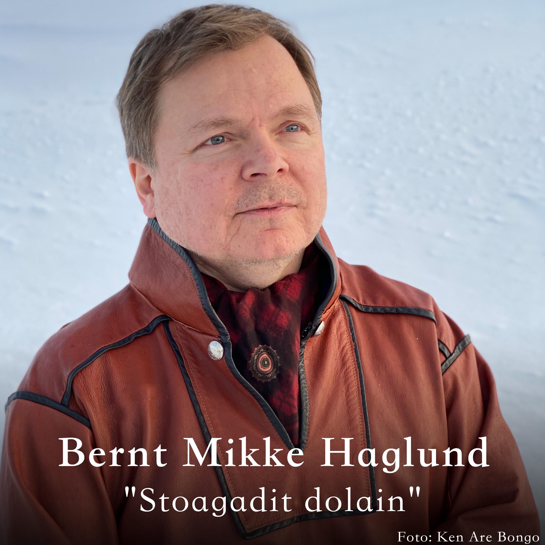 Bernt Mikkel Haglund oassálastá lávlagiin «Stoagadit dolain». Preassagovva: Ken Are Bongo.