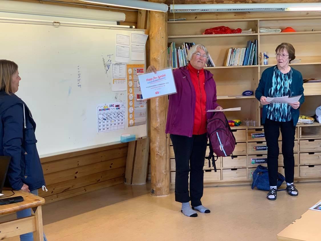 RUHTAVUOITU: Anne Ulbaasen Dahl skeŋkii 2000 ruvnnu ohppiide Nasjonalforeningen for folkehelse ovddas. Govven: Berit Inger Eira.